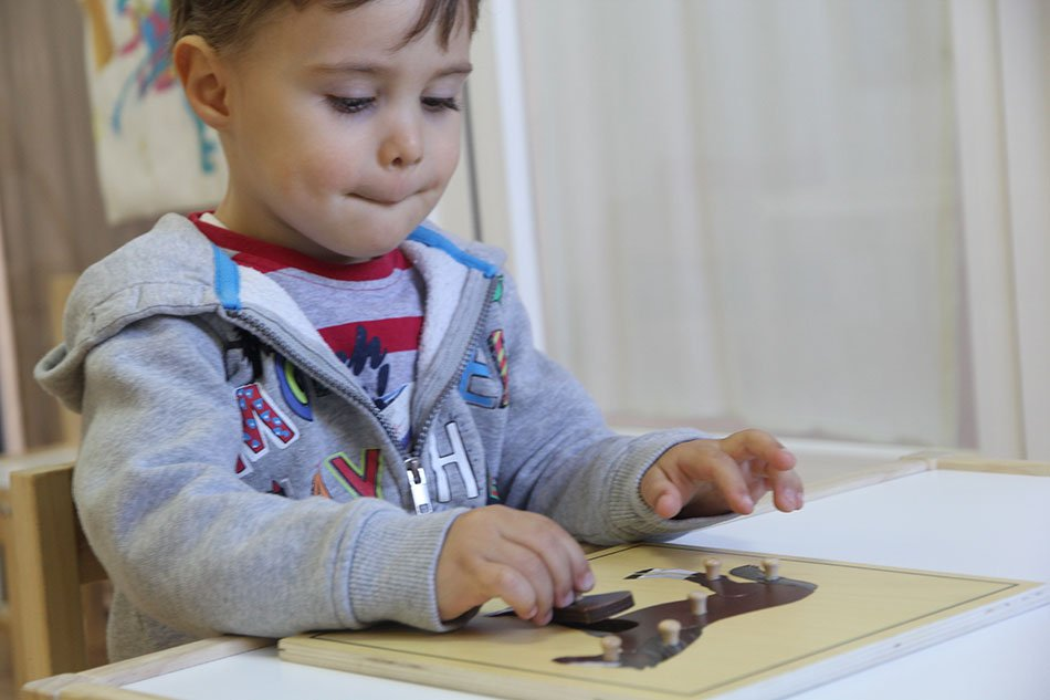 ninio-jugando-montessori