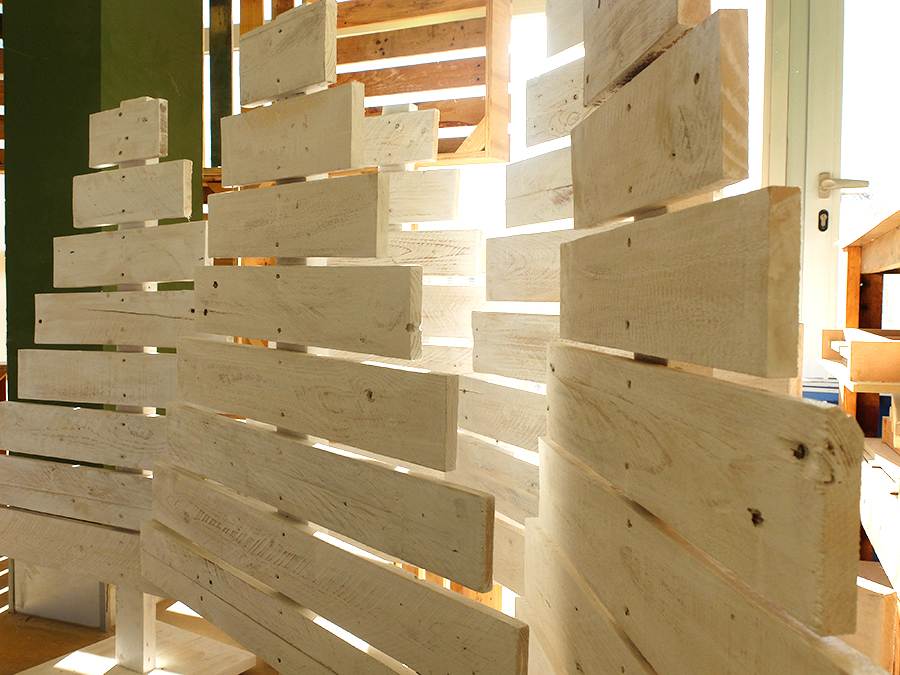 árbol de navidad de madera reciclada blanco