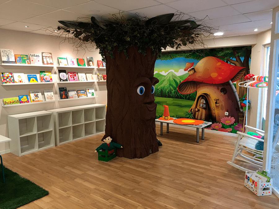 un árbol dentro de una tienda