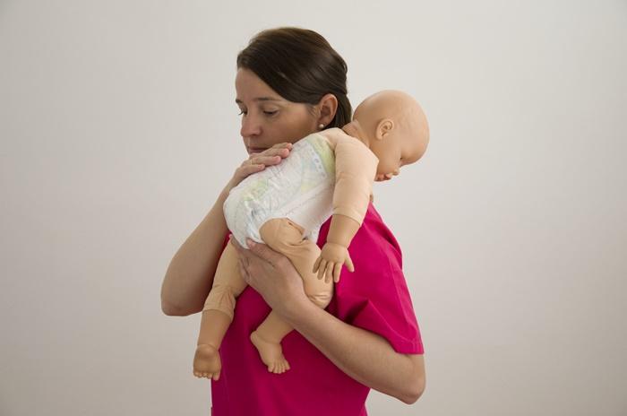 posturas para calmar el cólico del lactante